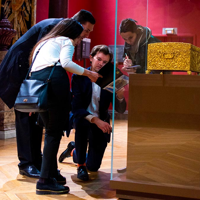 team building activities in Paris Louvre museum adult treasure hunt 8 to 60 people