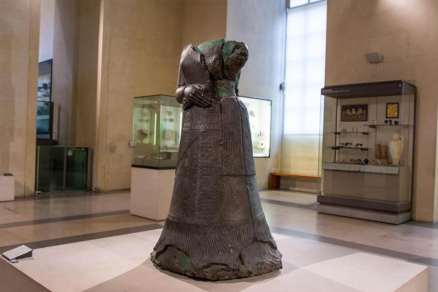 œuvres insolites du Louvre statue de la reine Napirasu