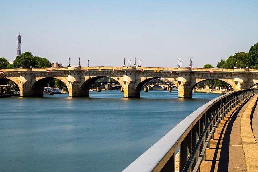 Plus vieux monuments de Paris - pont neuf vue depuis les berges