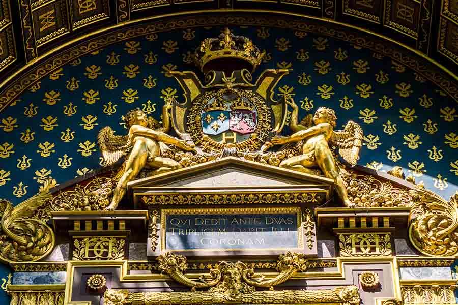 détail plus vierge horloge de Paris