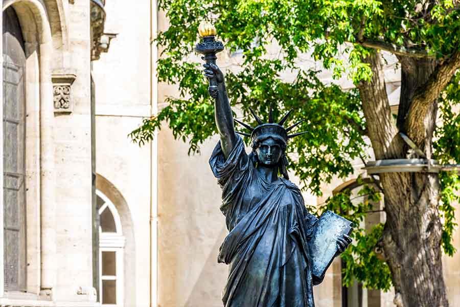détail statue de la liberté jardin du musée arts et métiers