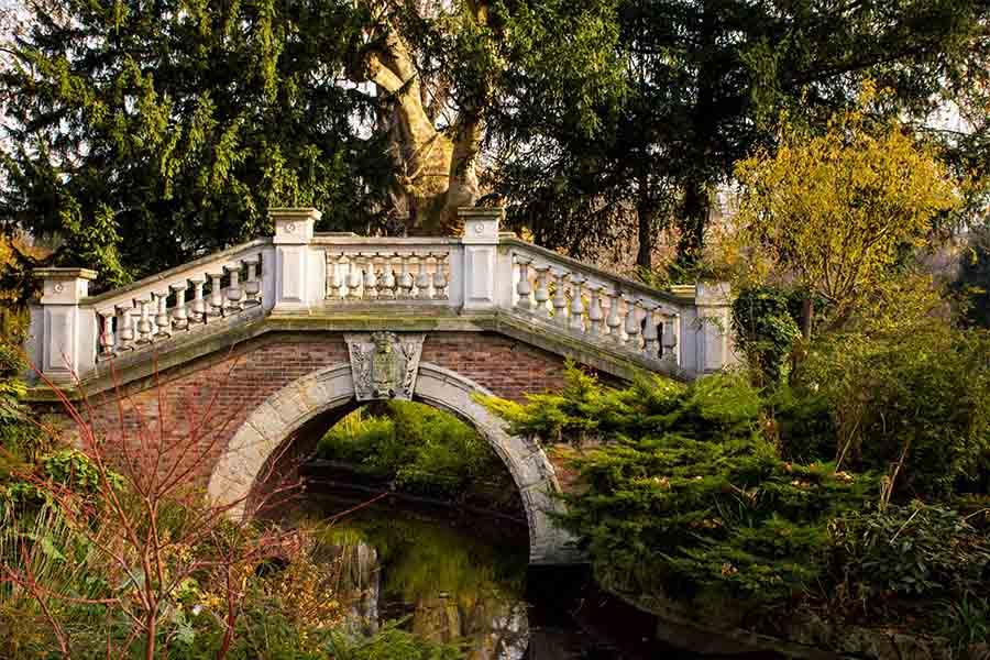 jardin parisien parc monceau petit pont