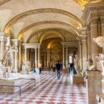 L'histoire du Louvre à travers le temps : balade au cœur du célèbre musée