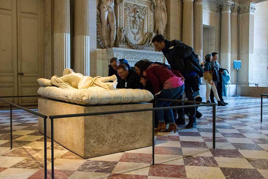 cultural team building in Paris louvre treasure hunt