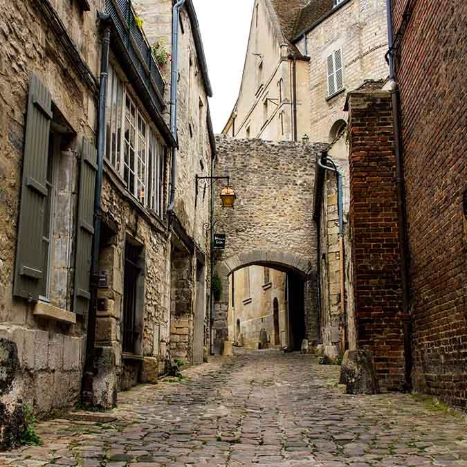 team building Senlis ruelle médiévale
