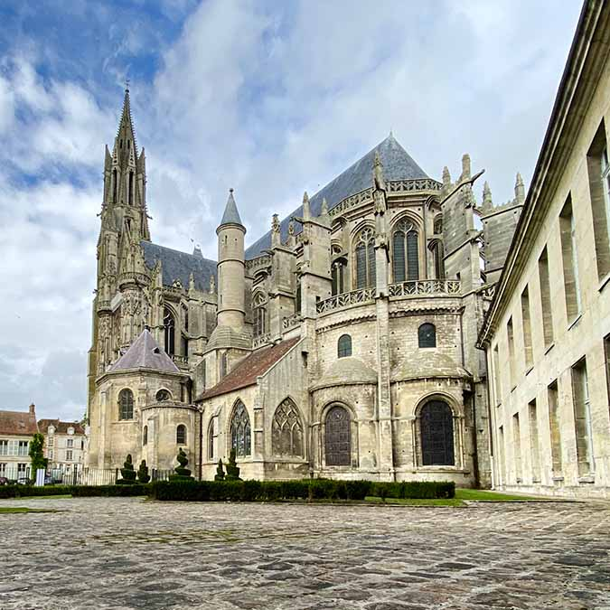 team building treasure hunt in senlis medieval city